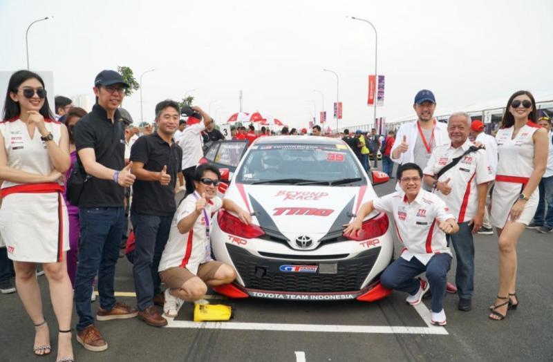 Para Board of Director Toyota Astra Motor bersama Toyota Yaris yang antar Haridarma Manoppo cetak hattrick