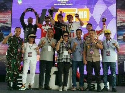 Rizal Sungkar bersama pembina Banteng Motorsport H. Praseyto Edi Marsudi, Lola Moenek dan sang mama Ria Sungkar.