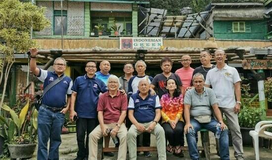 Teman-teman perally seangkatan saat mengunjungi Idat Lubis di Cibodas, Puncak, Bogor hari ini. (foto : ist)