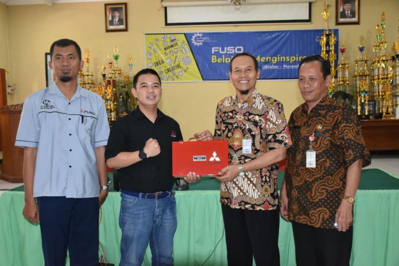 Donny (kedua dari kiri),  kegiatan ini merupakan upaya dan wujud dari komitmen KTB dalam memberikan kontribusi kepada dunia pendidikan di Indonesia, khususnya untuk siswa-siswi SMK. (ist)