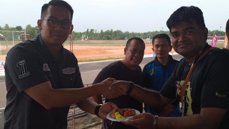 Kadispopar Muba M Fariz serahkan potongan tumpeng kepada Thamo Dharan Krishna dari Singapura. (foto : bs)