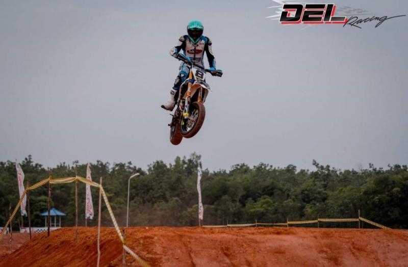 Seorang crosser jumping di atas superbole pada sesi free practice hari Jumat kemarin