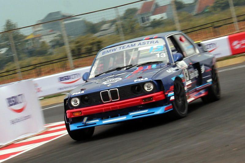 Deffi Viergino mengemban tugas ganda, sebagai manajer tim sekaligus race BMW Team Astra (foto: endy)