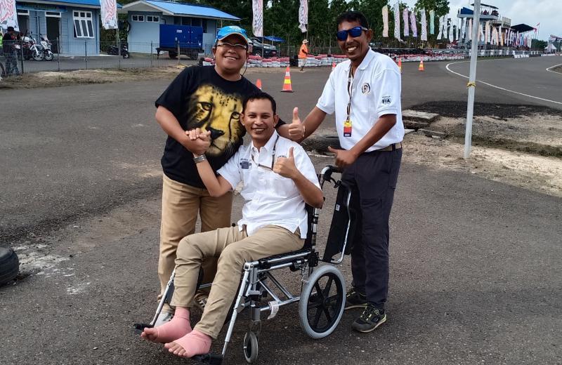 Medya Saputra bersama kreator Muba International Supermoto Cup, Riduan Tumenggung. (Foto : bs)