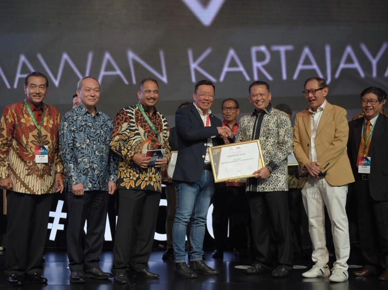 Gunawan Salim (tengah, jas hitam), Kedua penghargaan ini, dipersembahkan kepada seluruh pihak yang telah mendukung Asuransi Astra. (ist)