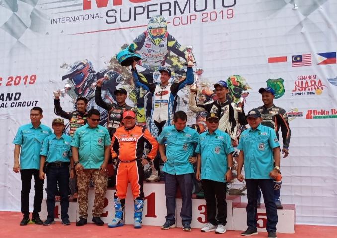 Para juara International Class di podium juara bersama Bupati H. Dodi Reza Alex Noerdin dan SKPT Pemkab Musi Banyuasin, Sumsel. (foto : bs)