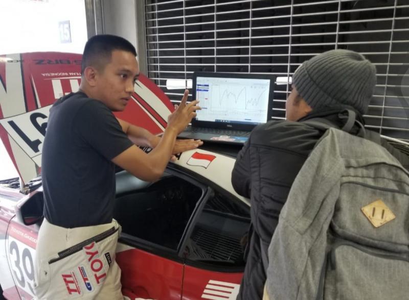 Demas Agil mendapat arahan dari Haridarma Manoppo di paddock Fuji Speedway Jepang hari ini