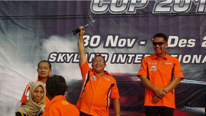 Riduan Tumenggung (tengah) juara 2 kelas Executive Auto Gymkhana, sedang Kadispopar Muba M Fariz (kanan) sebagai juara 1