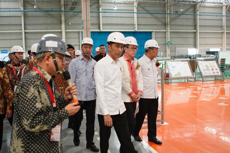 Presiden Joko Widodo saat meninjau pabrik Isuzu Karawang Plant di Kawasan Industri Suryacipta, Karawang Timur
