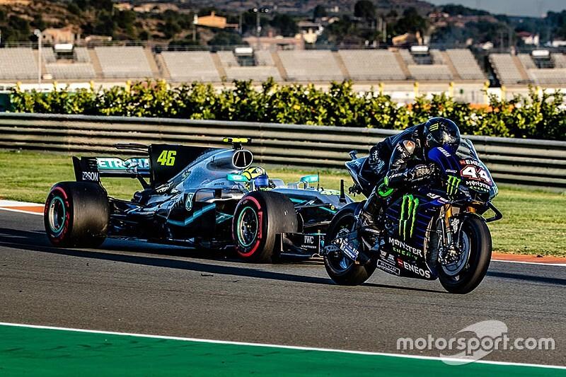 Valentino Rossi di atas Mercedes 2017 versus Lewis Hamilton di atas YZR-M1 di trek Valencia. Berujung crash buat Hamilton? (Foto: motordsport)