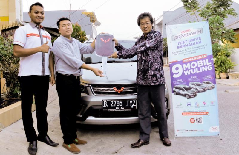 Harianto, pelanggan asal Bekasi, memenangkan hadiah Confero S ACT dalam program Wuling Drive & Win. (ist)