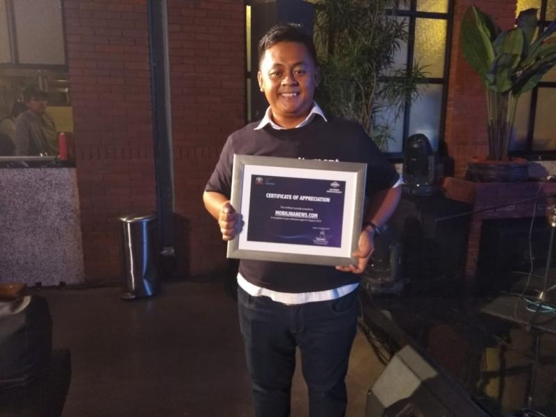 Anto Putranto, Editor Mobilinanews mewakili awak redaksi didaulat maju naik ke panggung menerima penghargaan tersebut. (foto: Michelle)