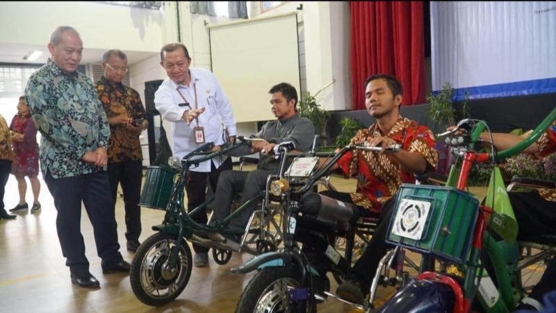 Suparno Djasmin (paling kiri) bersama penyandang disabilitas di Cibinong, Bogor, Jawa Barat