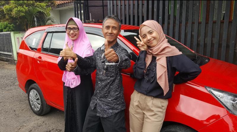 Agus, istri dan putrinya. Dapat hadiah dari Astra Daihatsu Motor karena setia dengan mobil Daihatsu