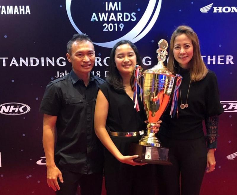 Sheva (tengah) dinobatkan sebagai Women in Motorsports di IMI Awards 2019