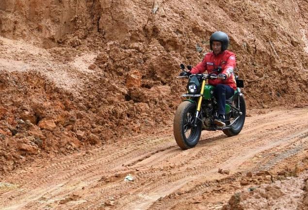 Jalan tanah, aspal kasar hingga genangan air dilalui Jokowi dengan motornya dan didampingi rombongannya yang juga menggunakan motor. (ist / ANTARA)