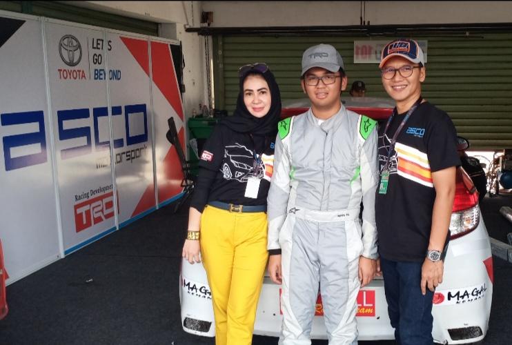Ari Utama (kanan), mensupport maksimal kiprah Mirza Putra Utama di ajang balap mobil