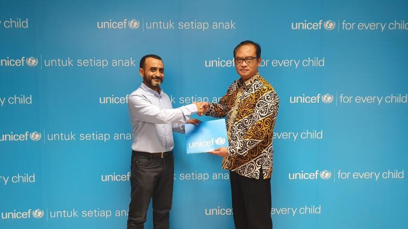 Yunus Triyonggo, Direktur HR-GA, Bridgestone Indonesia (kanan) menyerahkan donasi kepada Abdullah Modhesh, Education Specialist, UNICEF