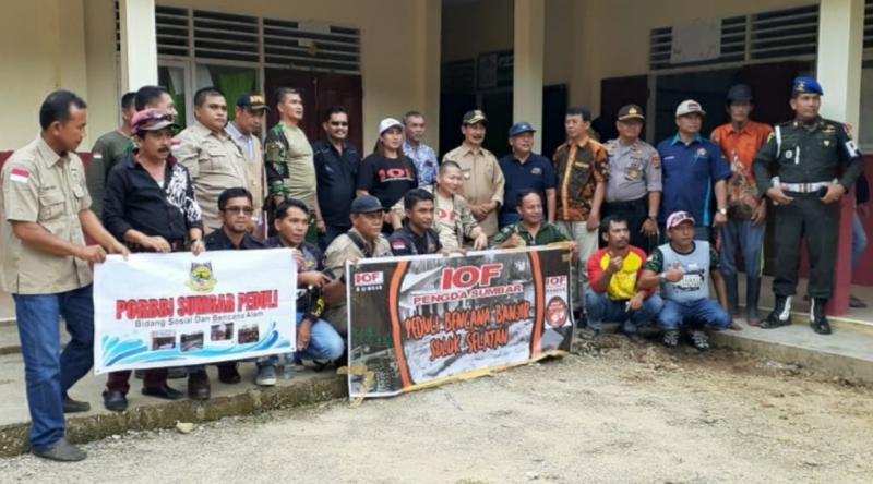 Sumbangan IOF Sumbar dan Korem 032/Wirabraja diterima Bupati Solok Selatan, Muzni Zakaria.