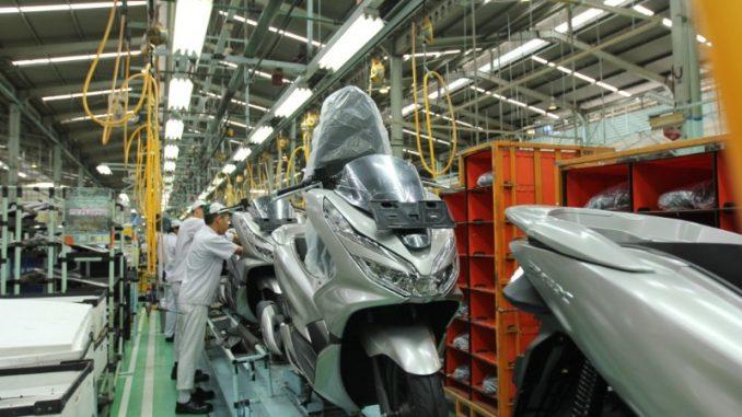 Ekspor komponen sepeda motor Honda PCX ke Brazil, Amerika Selatan merupakan bagian dari rangkaian ekspor sepeda motor Honda dalam bentuk komponen (CKD) maupun secara utuh (CBU).(dok. AHM)