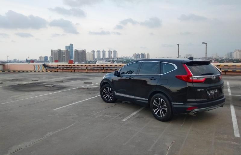 Mewah, berkelas, mapan dan tangguh menjadi ciri khas yang identik melekat pada Honda CR-V di mata kedua orang tua penulis. (anto)