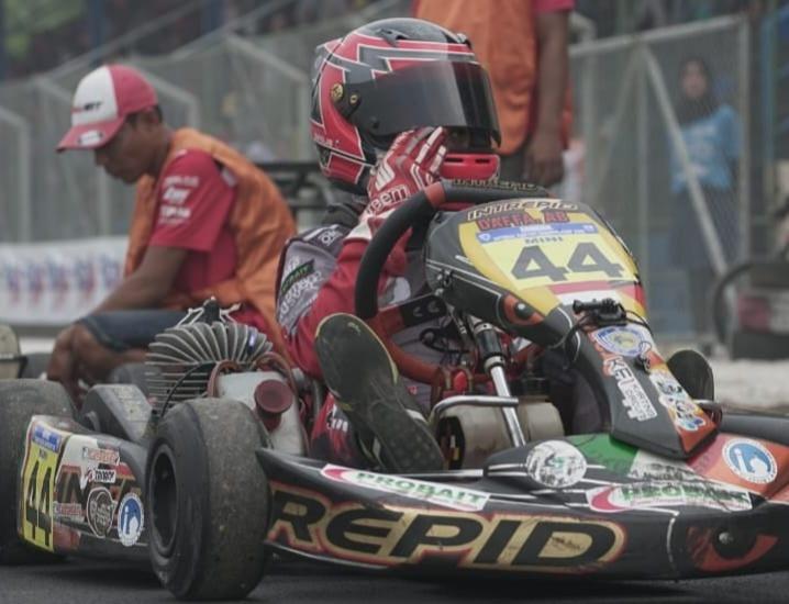 Pegokart Daffa AB saat melakukan latihan dengan gokart junior di Sentul International Karting Circuit Bogor.