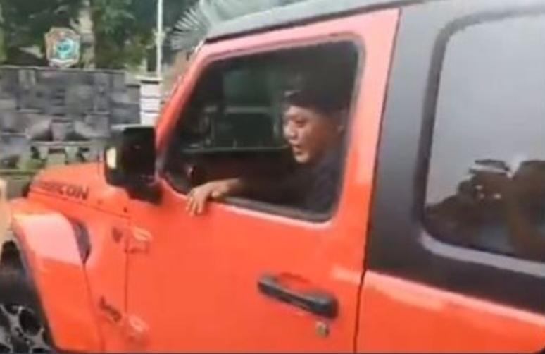 Bupati Karanganyar Juliyatmono tampak sumringah ketika menjajal Jeep Rubicon warna orange memutar rumah dinasnya.