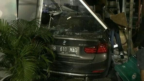 Sedan BMW nopol B 610 MAG menabrak Apotek Senopati Jaksel pada Sabtu tadi subuh. (foto : tmc polda metro)