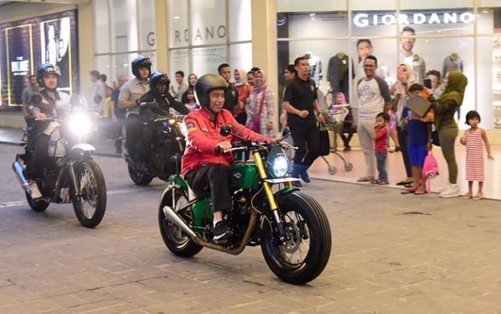 Pada perjalanan singkat ini, tampak Jokowi didampingi putra ketiganya, Kaesang Pangarep yang mengendarai sepeda motor Royal Enfield Himalayan. (dok. Setneg)