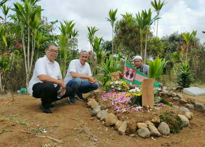 Penggiat motorsport Nuri Salmun dan Dani Sarwono di pusara pemakaman Idat Lubis, Cibodas, Cimacan, Cianjur