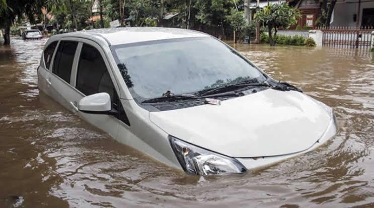 Banjir besar di awal 2020 tak hanya berdampak pada kerusakan properti rumah, tapi juga kendaraan bermotor (ist)