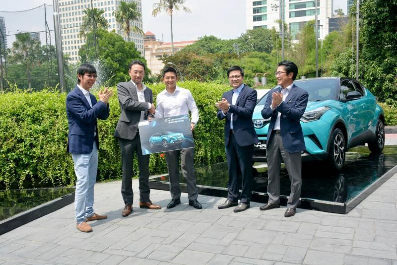 Rio hadir saat peluncuran SUV ini pada Senin, 22 April 2019 di Jakarta untuk serah terima secara simbolis satu unit Toyota CH-R Hybrid dari Manajemen PT. Toyota Astra Motor. (ist)