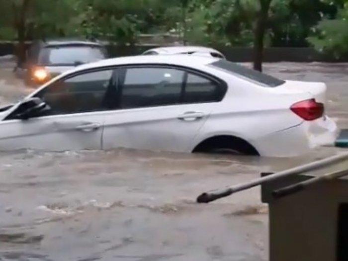 Mobil BMW Seri 3 hanyut terseret banjir (ist)