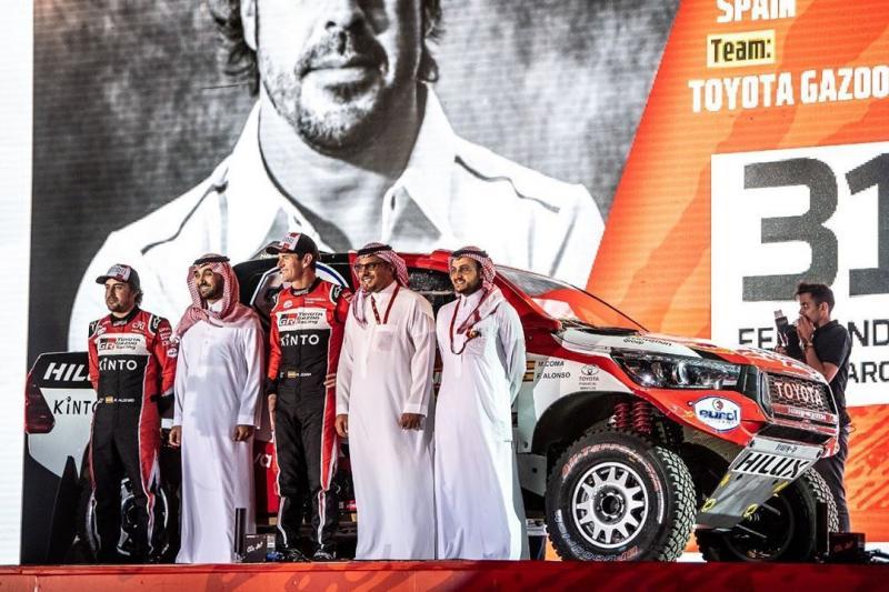 Fernando Alonso bersama Marc Coma di panggung start Rally Dakar 2020 Saudi Arabia. (Foto: f1)