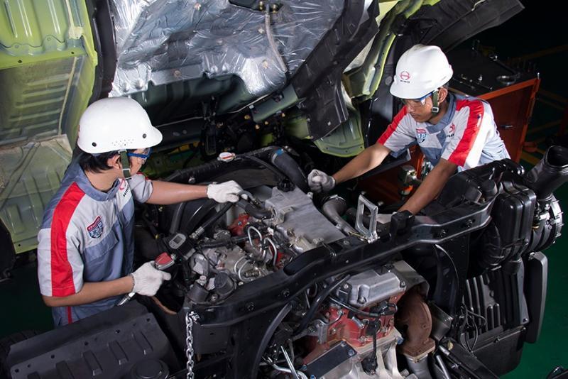 Dilakukan oleh dua orang tenaga ahli mekanik yang terlatih dengan kemampuan khusus. Kemudian didukung service special tools dan peralatan khusus. (anto).