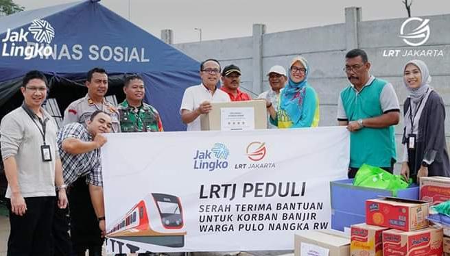Pemberian bantuan tahap kedua (8/1/2020) di posko penanggulangan banjir di Kelurahan Kayu Putih. (LRTJ)