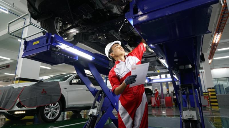 Melalui Mitsubishi Emergency Program, konsumen akan mendapatkan layanan gratis mulai dari proses evakuasi kendaraan dengan menggunakan mobil derek ke dealer resmi Mitsubishi Motors. (ist)
