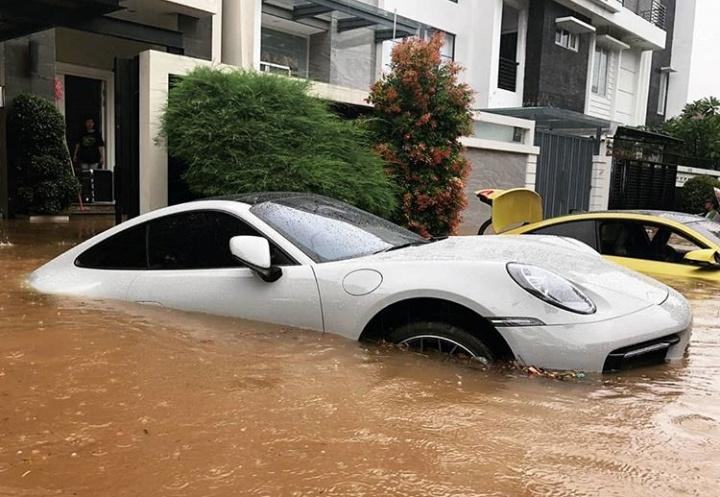 Mobil yang sudah terendam air setinggi ban hingga sampai jok, dianjurkan untuk jangan menghidupkan starter mobil. (ist)