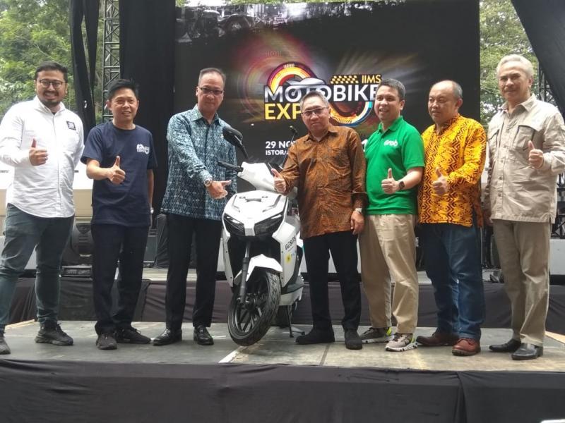 Menteri Perindustrian, Agus Gumiwang Kartasasmita (ketiga dari kiri) sangat mendukung perkembangan sepeda motor listrik di Indonesia. (anto)