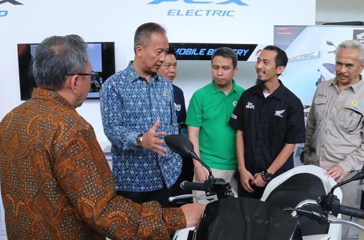 Menperin Agus Gumiwang Kartasasmita (kedua dari kiri), saat mengunjungi pameran IIMS Motobike Expo 2019 yang diisi partisipan produsen motor listrik. (ist)