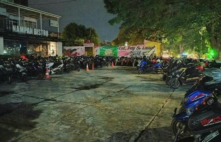 200-an komunitas Yamaha NMax tumplek blek di Rumah Sarwono dan Nampan Bistro lakukan KopSanGab, Sabtu malam kemarin. (foto : rincy)