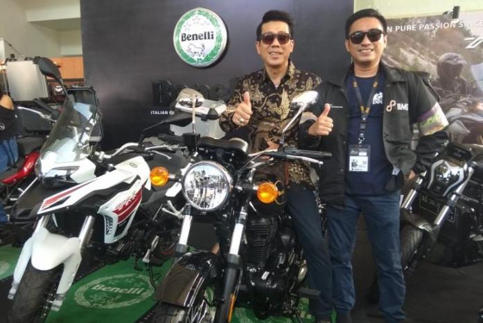 Steven Kentjana (tengah) bersama Rudi MF, Project Manager IIMS 2020 saat seremoni pembukaan IIMS Motobike Expo 2019 lalu di Booth Benelli. Kolaborasi terus berlanjut. (foto: anto)
