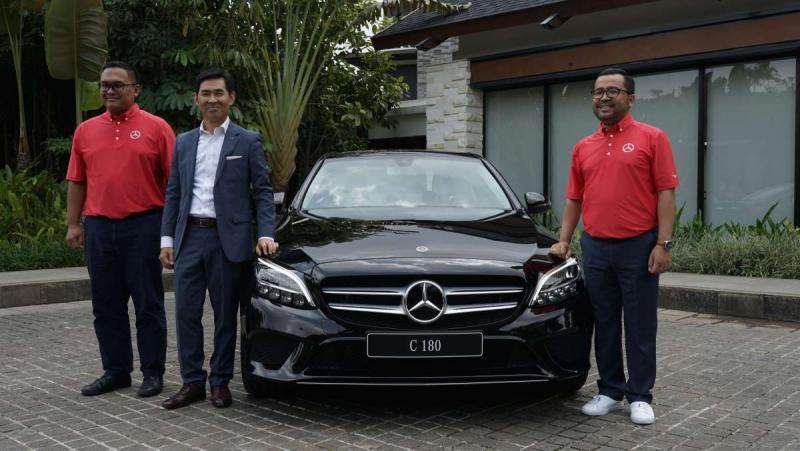 Choi Duk Jun (tengah), Mercedes-Benz yakin tetap menjadi pilihan utama pelanggan Indonesia di segmen mobil mewah.(ist)