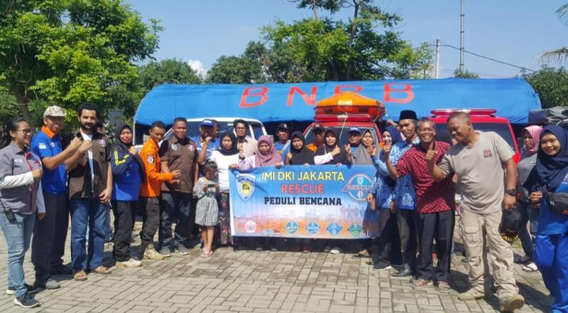Tim Rescue IMI DKI Jakarta hadir di tengah-tengah masyarakat yang mengalami bencana banjir. (foto : ist)