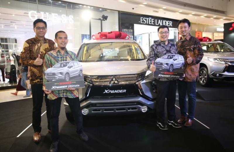 Michimasa Kono dan Irwan Kuncoro dari MMKSI bersama pemenang Mitsubishi Xpander Ultimate yang diwakili dealer