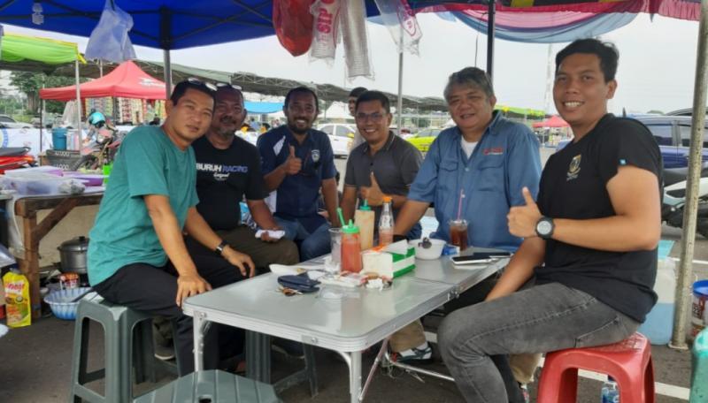 Fredi Rostiawan (tengah) bersama penggiat motorsport lainnya lakukan survey di kawasan Central Park Meikarta, Bekasi, Jumat kemarin