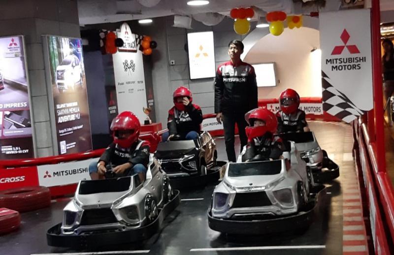 Anak-anak saat mencoba establishment Mitsubishi Motors Race Track