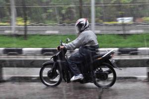 Masih Berani Nekat Terabas Hujan? Berikut 13 Ragam Jas Hujan Pilihan Bikers Tanah Air