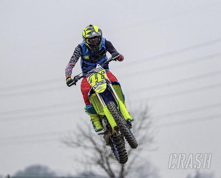 Dua tahun menepi, akhirnya Valentino Rossi kembali tempa fisik dengan motokros. (Foto: crash)