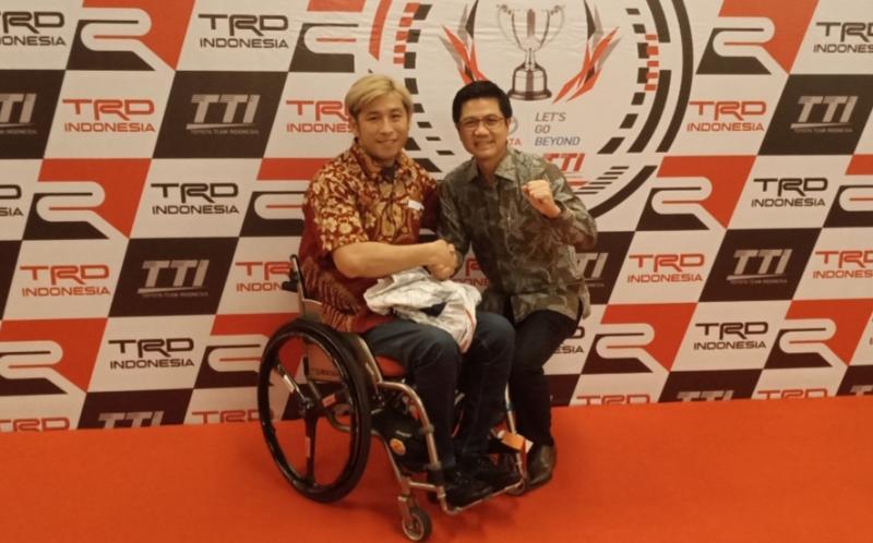 Henry Tanoto bersama Takuma Aoki pembalap cross country TTI di malam apresiasi TTI, Holiday Inn Kemayoran Jakarta tadi malam. (foto : bs)